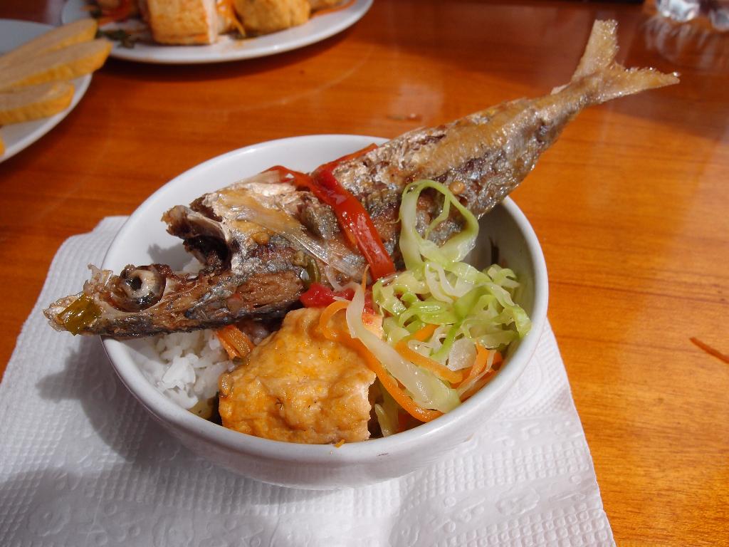 lunch vietnam boat