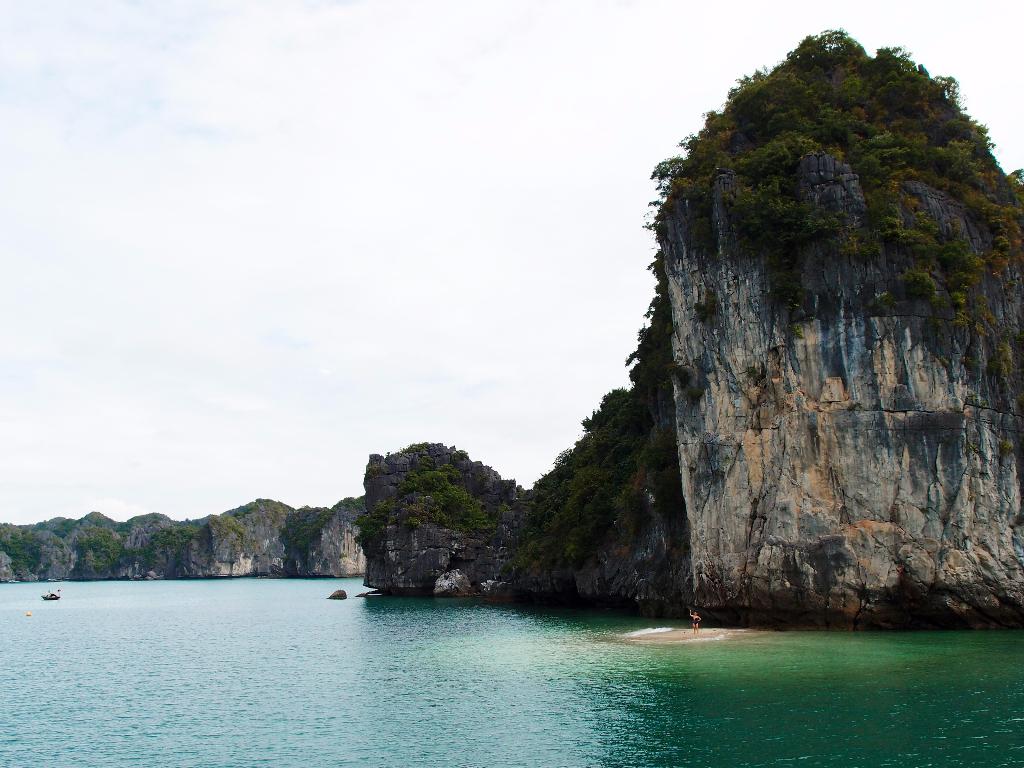 swimming halong bay
